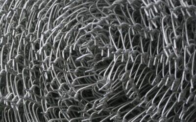 Metal deploye : Quelle différences avec le métal perforé et le grillage métallique ?